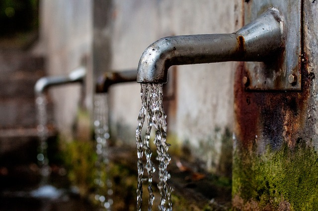 woda z metalowych kranów